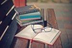 książki na stoliku